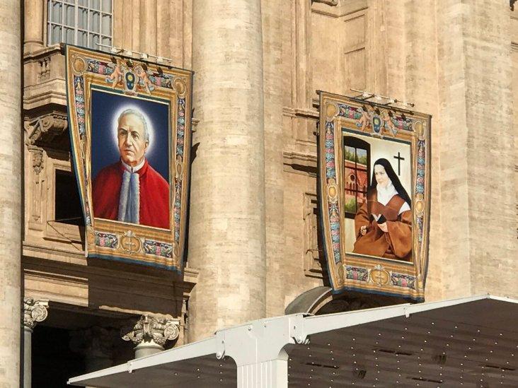 Fachada de la Basílica de San Pedro con los retratos oficiales de los nuevos santos, 16.10.2016