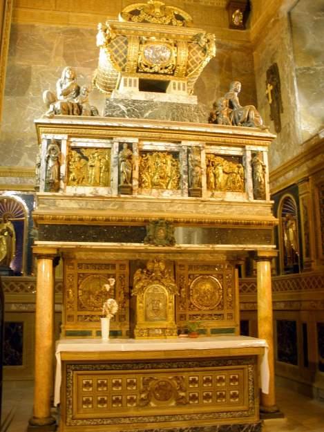 Segovia_-_Convento_de_los_Carmelitas_Descalzos,_Capilla_de_San_Juan_de_la_Cruz,_Sepulcro_del_santo_1
